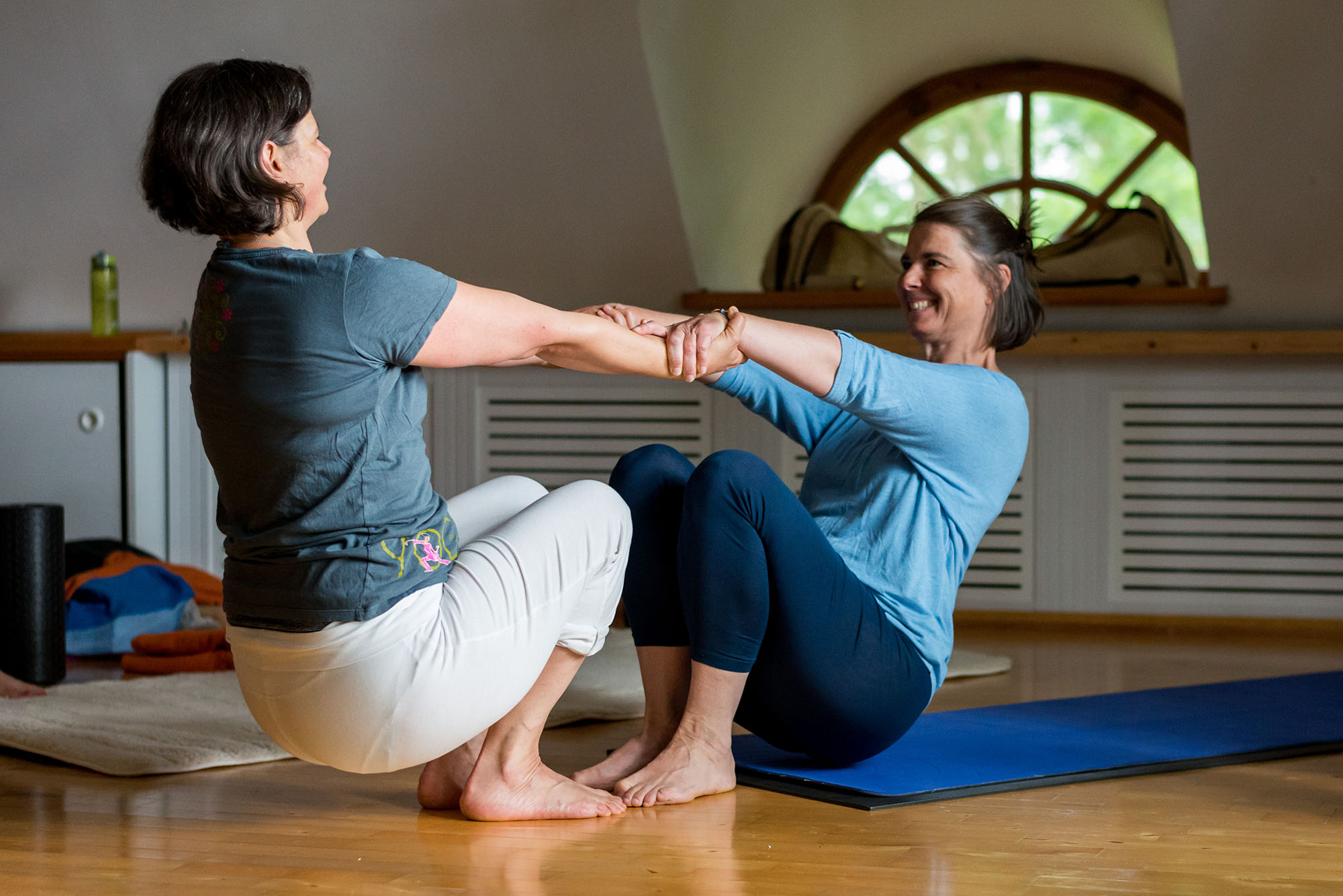 Zwei Frauen die Yoga machen